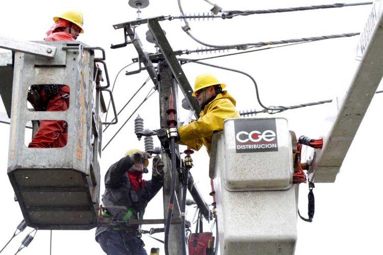 Autoridades acuerdan acciones ante cortes de energía eléctrica en la región tras oleada de reclamos en Linares y el Maule