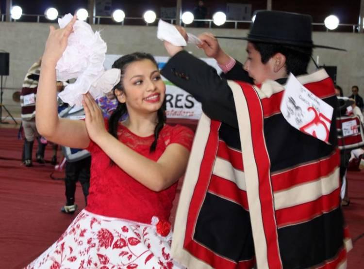 Bailar cueca y cumbia ayudan a frenar  subida de peso en Fiestas Patrias
