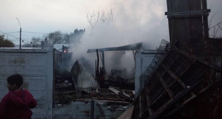 Recalentamiento de estufa artesanal habría sido causa de violento incendio en sector Huapi