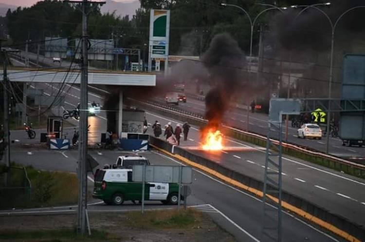PDI detiene a dos personas por incendio del peaje lateral de Linares en el marco de las movilizaciones sociales