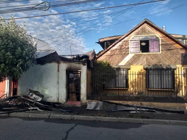 Descuido de adulto con mal de Diógenes habría provocado incendio en el sector oriente de Linares
