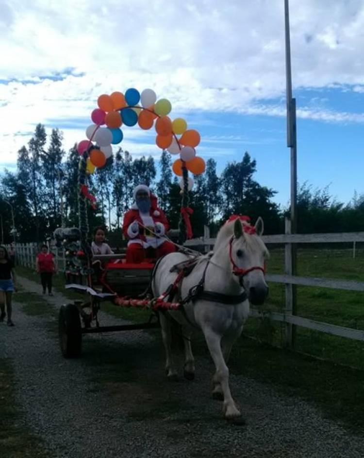 """El """"viejito pascuero"""" cambio el trineo por una hermosa carreta tirada a caballo"""