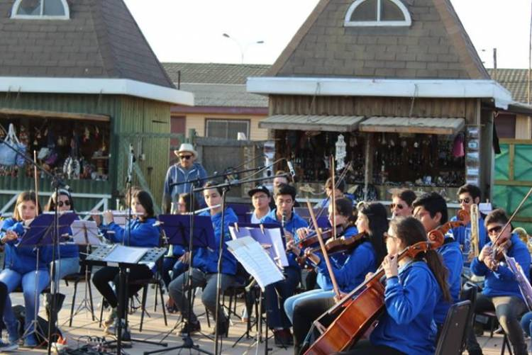"Orquesta Sinfónica Municipal ""Margot Loyola Palacios"" se presentó en el balneario de Pichilemu"