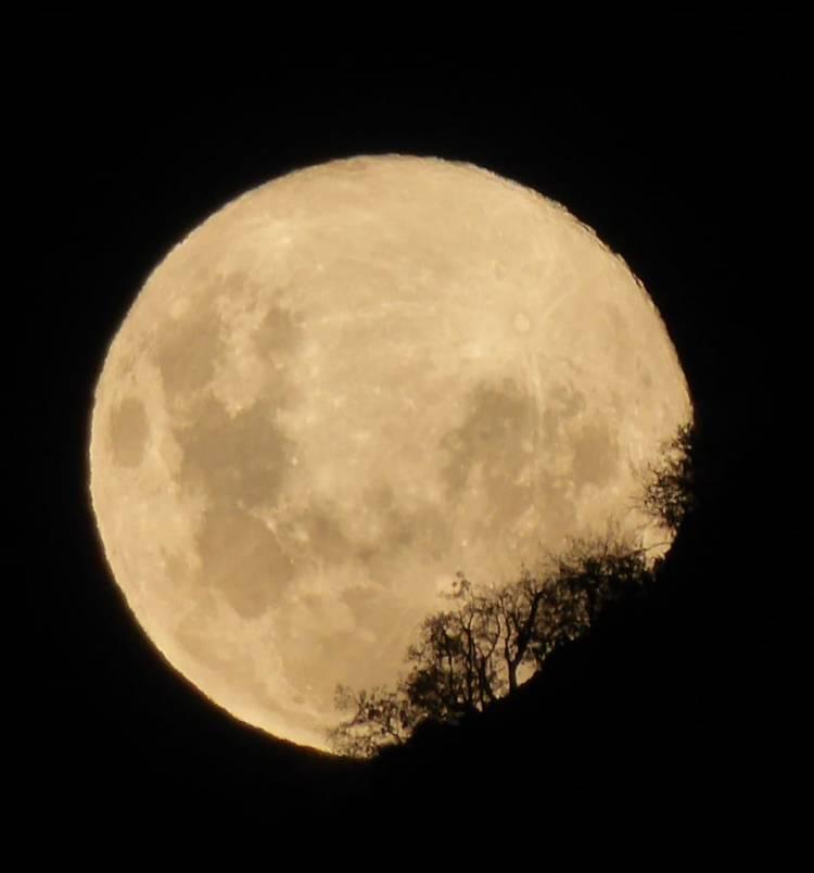 La superluna desde el Santuario Achibueno