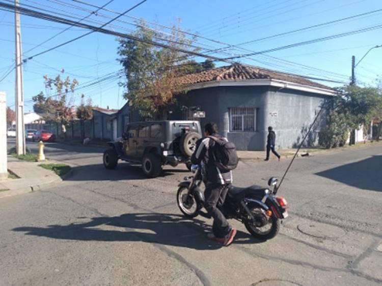 Delincuente hiere a mujer en el cuello, la golpea en la nariz y le roba su auto en Linares