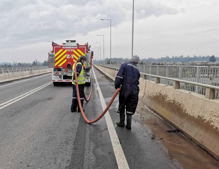 Municipalidad de Colbún y Bomberos limpian puente sobre el río Maule