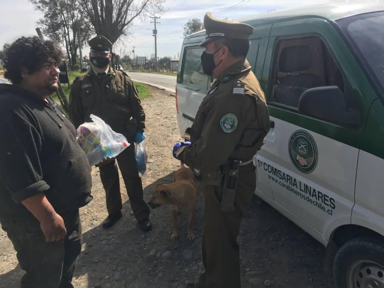 Carabineros entrega kits de alimento a personas en situación de calle en Linares