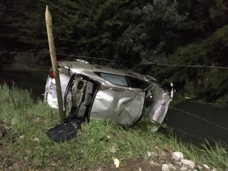 Conductor y ocupantes se dan a la fuga tras volcamiento de automóvil en sector San Juan