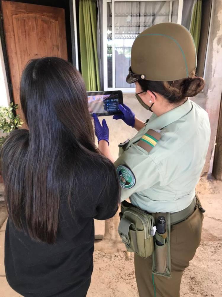 Carabineros entrega tablet a niña para que pueda estudiar durante la pandemia