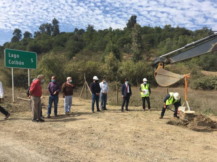 """Comenzó el asfalto del sector """"Borde Lago"""" en la comuna de Colbún"""
