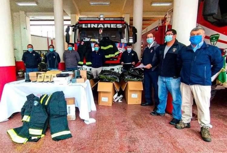 Platas de parquímetros permiten compra de radios y equipos de protección para bomberos de Linares